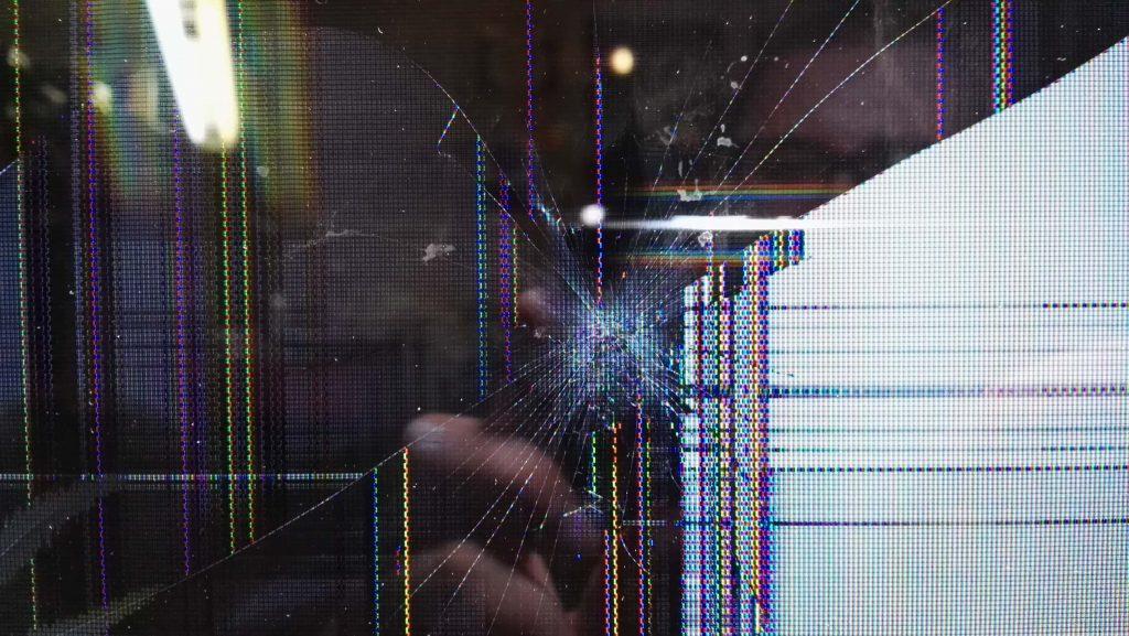 Ребенок кинул пульт в телевизор Samsung UE55F8000AT